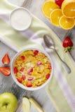 Frühstückscorn-flakes und -erdbeeren mit Milch, Jogurt und Orangensaft lizenzfreies stockfoto
