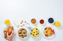 Frühstücksgedeck mit Flocken, Saft, Hörnchen, Pfannkuchen stockbilder