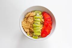 Frühstücksgesunde Superschüssel am weißen Tisch lizenzfreies stockbild