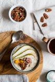 Frühstückshafermehlschüssel mit Fruchtnüssen und -tee Lizenzfreies Stockfoto