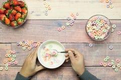 Frühstücksjoghurt mit Getreide und Erdbeeren auf Holztisch Stockfotos