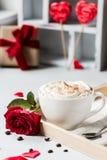 Frühstückskaffeeliebesherzrot-Roseneinstellung mit weißem Becher und Geschenkbox in der Valentinsgruß ` s Tageseinstellung Lizenzfreie Stockbilder