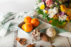 Frühstückskost aus Getreide, Plätzchen, Nüsse, Trockenfrüchte und Mandarinen Lizenzfreies Stockbild