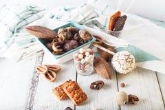Frühstückskost aus Getreide, Plätzchen, Nüsse, Trockenfrüchte und Mandarinen Lizenzfreie Stockbilder