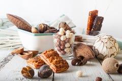 Frühstückskost aus Getreide, Plätzchen, Nüsse, Trockenfrüchte und Mandarinen Lizenzfreies Stockfoto