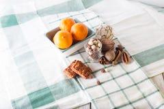 Frühstückskost aus Getreide, Plätzchen, Nüsse, Trockenfrüchte und Mandarinen Lizenzfreie Stockfotografie