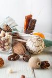 Frühstückskost aus Getreide, Plätzchen, Nüsse, Trockenfrüchte und Mandarinen Stockbild