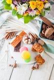 Frühstückskost aus Getreide, Plätzchen, Nüsse, Trockenfrüchte und Mandarinen, Draufsicht Lizenzfreies Stockbild