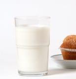 Frühstücksmilch und -kleiner Kuchen Stockfoto