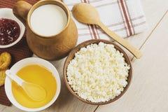 Frühstücksmilchkäse mit Honig und Stau Stockfotos