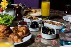 Frühstücksolive, Walnuss, Stau ceviz macunu und Feige lizenzfreie stockfotos