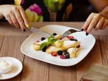 Frühstückspfannkuchen Eine Platte von sahnigen Pfannkuchen mit Beeren auf a lizenzfreie stockfotos