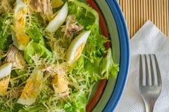 Frühstücksplatte mit blauem weißem Rot der Kanten füllte mit einem großen Plan des Salats Stockbilder