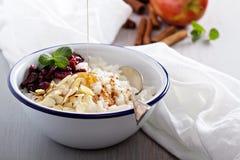 Frühstücksreisbrei mit Mandeln und Moosbeere Lizenzfreies Stockfoto