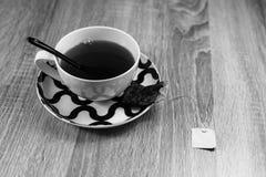 Frühstückstee mit dem chinesischen Löffel, Schwarzweiss stockfoto