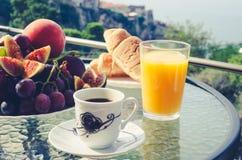 Frühstückstisch draußen lizenzfreie stockbilder