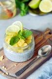 Frühstückstisch mit Chia-Frucht Smoothies rollen mit Stücken Ananas, Kalk, Honig und tadellosen Blättern Gesunde Nahrung Beschnei Lizenzfreie Stockfotos