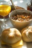 Frühstückstisch mit Getreide Stockbild