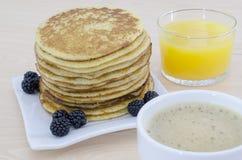 Frühstückstisch mit Pfannkuchen Lizenzfreies Stockfoto