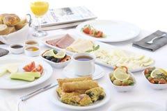 Frühstückstisch mit Tee und Orangensaft Stockfotos