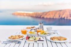 Frühstückstisch romantisch durch das Meer in Santorini stockfotos