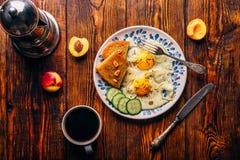 Frühstückstoast mit Spiegeleiern Lizenzfreie Stockfotos