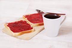 Frühstückstoast und ein Tasse Kaffee stockfotos