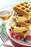 Frühstückswaffeln mit Ahornsirup Stockfotografie