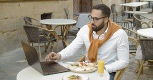 Frühstückszeit im Café stock video