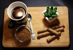Frühstückszeit mit Kaffeetasse- und Schokoladenstöcken lizenzfreie stockbilder