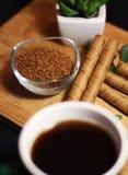 Frühstückszeit mit Kaffeetasse- und Schokoladenstöcken stockfotos