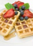 Frühstückwaffeln mit Beeren und Sirup Stockbild