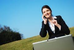 för affärskvinna arbete utomhus Royaltyfria Bilder