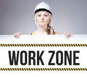 För arbetszon för arbetare hållande tecken på informationsbräde Arkivbilder