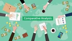 För begreppsdiskussion för jämförbar analys illustration med skrivbordsarbeten, pappers- pengar och mynt överst av tabellen Royaltyfria Foton