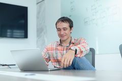För bärbar datorsammanträde för affärsman funktionsdugligt skrivbord för kontor Fotografering för Bildbyråer