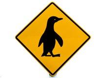 för crossingpingvin för uppmärksamhet blått vägmärke Fotografering för Bildbyråer