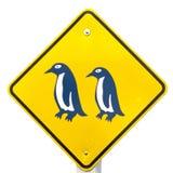 för crossingpingvin för uppmärksamhet blått vägmärke Royaltyfria Foton