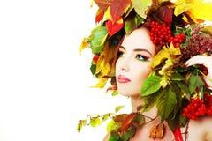 för dagfall för höst gå kvinna för härlig skog Royaltyfri Bild