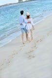 För en tid sedan går gift pardananderomantiker på stranden Arkivfoto