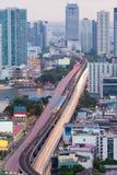 För exponeringsstad för flyg- sikt lång flod för strömförsörjning för kors för bro för väg Royaltyfri Foto