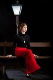 För flickagata för film noir bänk för lyktstolpe Fotografering för Bildbyråer
