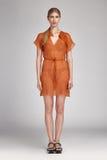 För framsidakläder för den sexiga blonda kvinnan beklär nätt mode tillfälligt Royaltyfri Foto