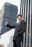 För företags stående unga attraktiva för affärsman stads- kontorsbyggnader utomhus Arkivfoto