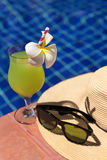 För fruktsaftsmoothie för guava grön ny coctail för drink, solglasögon och Royaltyfria Foton