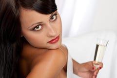 för glass sexig kvinna holdingstående för champagne Royaltyfri Foto