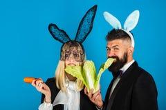 Fr?hliche Ostern Die Frau komisch, lustig und der gut aussehende Mann tragen Häschenohren Ostern-Verkaufs-Konzept Kopieren Sie Pl lizenzfreie stockfotos