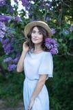 Fr?hlingsblumen-Naturhintergrund Allergie-freie der Frau glückliche, riechende lila Blumen Pollenallergiekonzept Freienlebensstil stockbilder