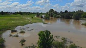 Fr?hlingsfeld ?berschwemmt durch Hochwasser von einem kleinen Fluss stock footage