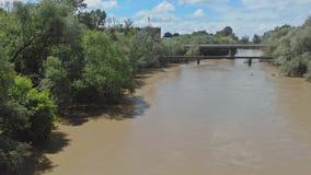 Fr?hlingsfeld ?berschwemmt durch Hochwasser von einem kleinen Fluss stock video